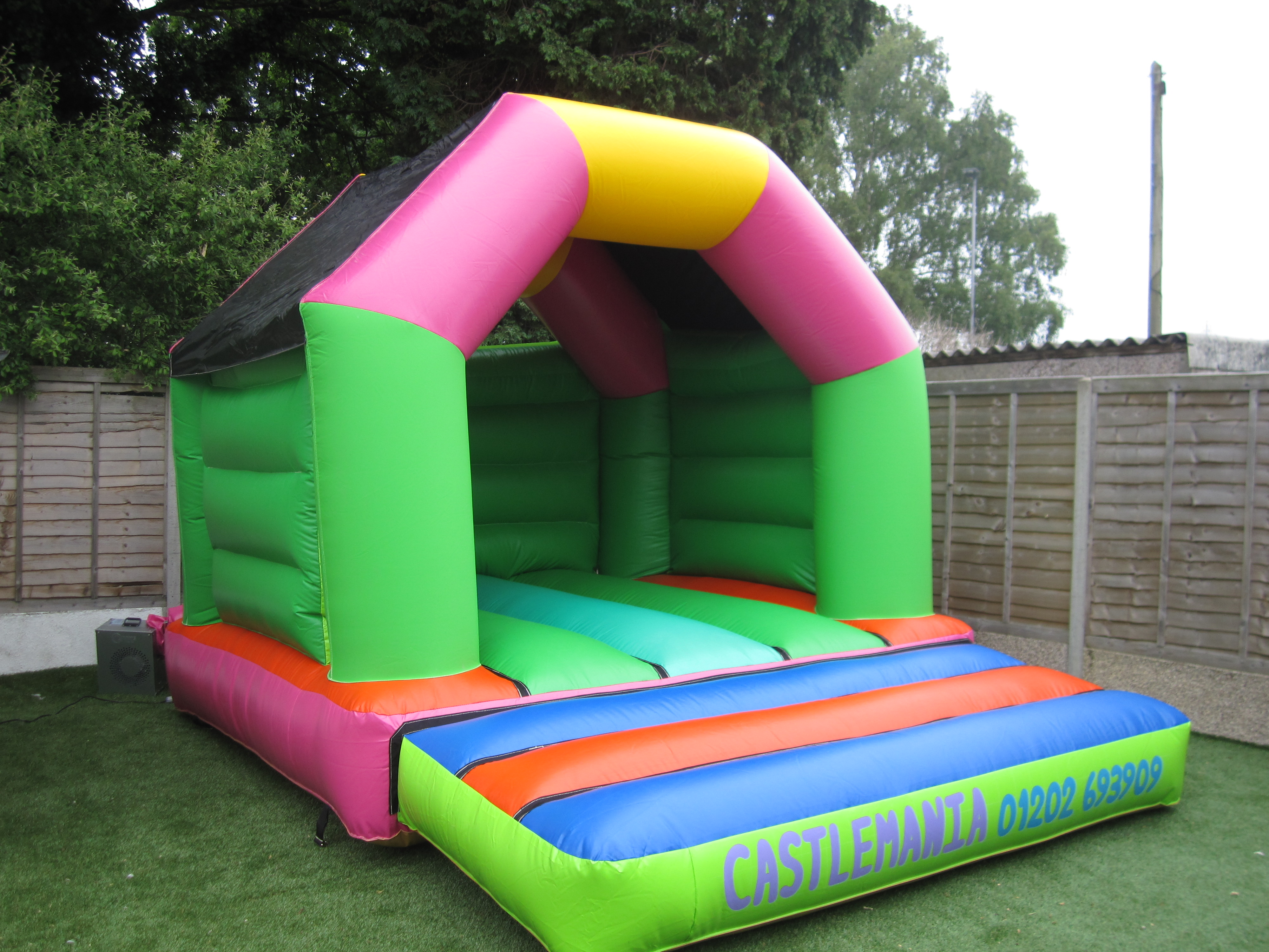 Castle Mania >> 12 x 15 plain castle £55 - Bouncy Castles in Poole, Dorset and Bouncy Castle Hire in Bournemouth ...